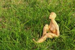Miniaturowy postaci obsiadanie sunbathing zdjęcie royalty free