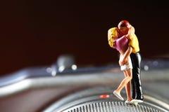 Miniaturowy postaci pary model stawia dalej kamery tła scenę Zdjęcie Royalty Free