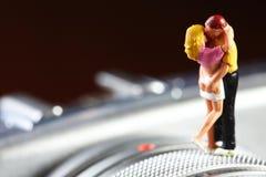 Miniaturowy postaci pary model stawia dalej kamery tła scenę Fotografia Royalty Free