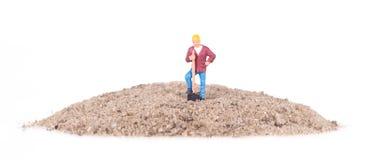 Miniaturowy pracownik z łopatą Zdjęcie Royalty Free