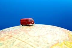 Miniaturowy samochód dostawczy na kuli ziemskiej zdjęcie stock