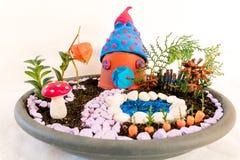 Miniaturowy terrarium dom z ogródem i basenem fotografia stock