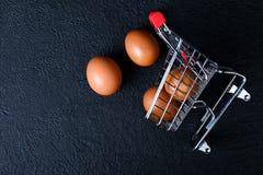 Miniaturowy wózek na zakupy z jajkami zdjęcia stock