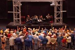 Miniaturowy zespół muzyki spełnianie z widownią fotografia stock