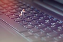 Miniaturpaare, die On-line-romance haben Rotes Herz auf der Computertastatur Lizenzfreies Stockfoto