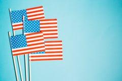 Miniaturpapierflagge USA Amerikanische Flagge auf blauem Hintergrund stockfotografie
