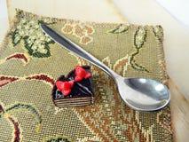 Miniaturpolymerlehm-Erdbeerkuchen auf dem Tisch Stockbilder