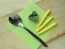 Miniaturpolymerlehm-Kiwikuchen auf dem Tisch Stockfotos