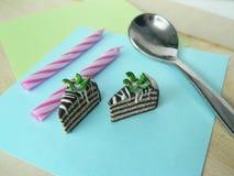 Miniaturpolymerlehm-Kiwikuchen auf dem Tisch Lizenzfreie Stockbilder