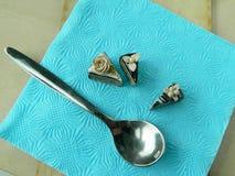 Miniaturpolymerlehm-Schokoladenkuchen auf dem Tisch Stockfotografie