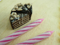 Miniaturpolymerlehm-Schokoladenkuchen auf dem Tisch Lizenzfreie Stockbilder