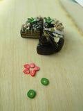 Miniaturpolymerlehm-Schokoladenkuchen auf dem Tisch Stockfotos