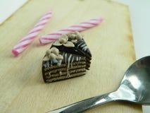 Miniaturpolymerlehm-Schokoladenkuchen auf dem Tisch Stockbilder