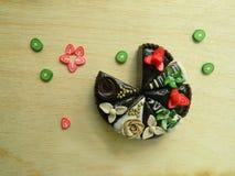 Miniaturpolymerlehmerdbeere und Kiwikuchen Lizenzfreies Stockbild