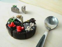 Miniaturpolymerlehmerdbeere und Kiwikuchen Lizenzfreies Stockfoto