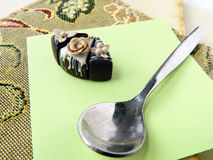Miniaturpolymerlehmkuchen auf dem Tisch Stockbilder