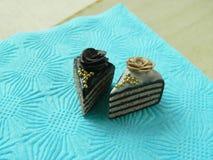 Miniaturpolymerlehmkuchen auf dem Tisch Lizenzfreie Stockfotos