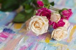 Miniaturrosen auf einem schönen Hintergrund Beschaffenheit der Acrylmalerei Festlicher Photosatz Stockbild