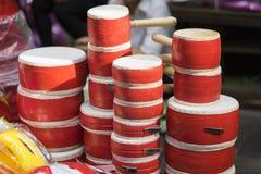Miniaturspielzeug trommelt für Verkauf auf Hang Ma-Straße Die Straße sind vor vietnamesischem Mittherbstfest für Kinder beschäfti Stockbild