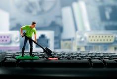 Miniaturspielzeugarbeitskraft auf Tastatur Lizenzfreies Stockbild