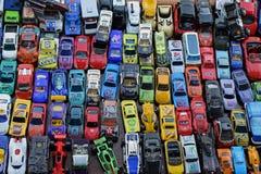 Miniaturspielzeugautohintergrund stockfoto