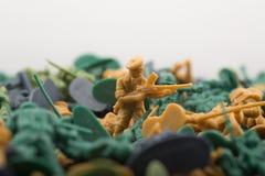 Miniaturspielzeugsoldat mit einem Riffle Stockfoto