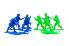 Miniaturspielzeugsoldaten, zum des Feindes anzugreifen Stockfotografie