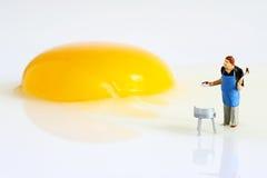 Miniaturvölker mit frischem Ei Lizenzfreies Stockfoto