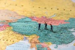 Miniaturwirtschaftler auf Karte von China Lizenzfreie Stockbilder