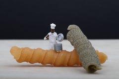Miniatury szef kuchni z makaronem Fotografia Royalty Free