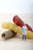 Miniatury szef kuchni z makaronem Zdjęcie Royalty Free