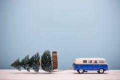 Miniaturzahl Spielzeugautowiderstand Weihnachtsbaum auf hölzernem Lizenzfreie Stockfotos