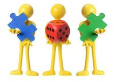 Miniaturzahlen mit Würfeln und Puzzle-Stück Lizenzfreie Stockfotos