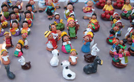 Miniaturzahlen von bolivianischen Leuten und von Lamas Lizenzfreies Stockbild