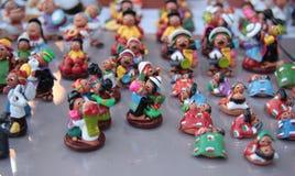 Miniaturzahlen von Liebhabern in der Kleidung von Bolivien Stockfotos