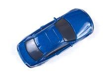 Miniatuur blauwe stuk speelgoed auto op witte achtergrond Royalty-vrije Stock Fotografie