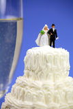 Miniatuur bruid en bruidegom op huwelijkscake stock afbeeldingen