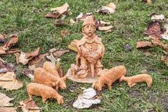 Miniatuur ceramische standbeelden van verschillende mensen en tradities Stock Foto's