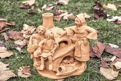 Miniatuur ceramische standbeelden van verschillende mensen en tradities Stock Fotografie