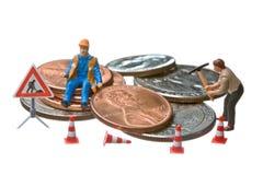 Miniatuur cijfers die aan een hoop van het muntstuk van de Dollar werken Royalty-vrije Stock Afbeelding
