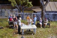 Miniatuur de barbecuepartij van de de zomer achteryard stock afbeeldingen