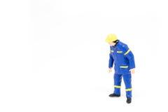 Miniatuur de bouwconcept van de mensenarbeider op witte achtergrond Royalty-vrije Stock Afbeeldingen