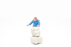 Miniatuur de mensenconcept van de mensenlevering op witte achtergrond met a Stock Fotografie