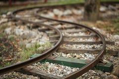 Miniatuur gebogen treinspoorweg stock afbeelding