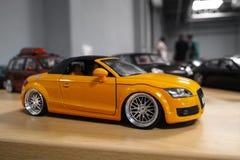 Miniatuur gele auto Royalty-vrije Stock Foto's