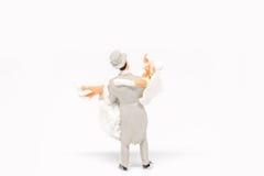 Miniatuur het paarreiziger van het mensenhuwelijk op achtergrond met spac Stock Foto