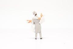 Miniatuur het paarreiziger van het mensenhuwelijk op achtergrond met spac Royalty-vrije Stock Foto's