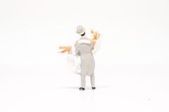 Miniatuur het paarreiziger van het mensenhuwelijk op achtergrond met spac Stock Afbeeldingen