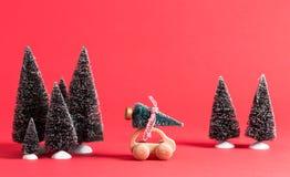 Miniatuur houten auto die een Kerstboom dragen Stock Fotografie