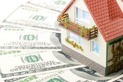 Miniatuurhuis en Geld. stock afbeeldingen